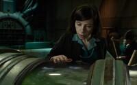 V prvním klipu chváleného fantasy The Shape of Water od Guillerma Del Tora se objevuje monstrum uvězněné v nádrži s vodou