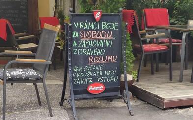 """V rámci boje za svobodu sem """"ovčané"""" v rouškách mají zákaz vstupu, napsal na tabuli majitel restaurace na Karlštejně"""