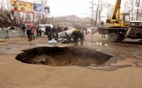 V Rusku zomreli 2 muži, keď sa pod nimi prepadla cesta a spadli do jamy. Z prasknutého potrubia ich zasiahla takmer vriaca voda