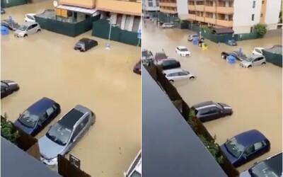 V Senci zaplavilo celé ulice, voda siaha do výšky okien na autách. Intenzívne lejaky a krúpy budú na Slovensku pokračovať