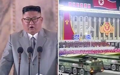 V Severní Koreji byla neobvyklá noční vojenská přehlídka. Kim Čong-un předvedl nové rakety