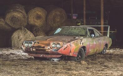 Ve stáji objevil zrezivělé auto. Dnes za něj dostane i 180 tisíc dolarů, protože v seně se skrýval unikát