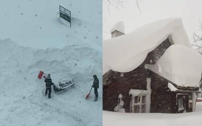 V susednom Rakúsku napadli 4 metre snehu. Zasypaná zostala lanovka, strácajú sa aj autá