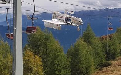 V Taliansku narazilo malé lietadlo do káblov lanovky. Pilot našťastie prežil