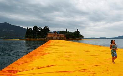V Taliansku sa dá chodiť po vode. Premyslená inštalácia na jazere Iseo spája ostrovy s pevninou