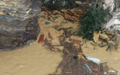 V Taliansku spadli pri zosuve pôdy do mora stovky rakiev