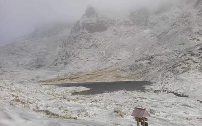 V Tatrách sa zobudili do zasneženého rána, zajtra bude snehu ešte viac