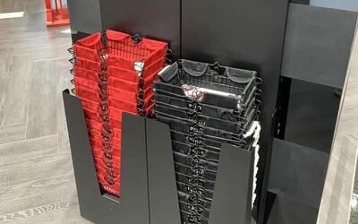 V tomto obchode si ľudia zamilovali čierne a červené košíky. Jednoduchý dôvod ovládol internet, lebo uľahčuje nakupujúcim život