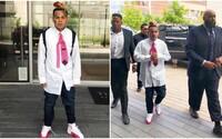 V tomto outfite bol Tekashi 6ix9ine na súde. Valentínske  Jordany, ružová kravata a XXL košeľa mu na dôveryhodnosti nepridali