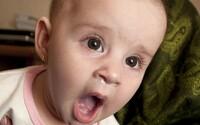 V Trenčíne plakalo polročné dieťa nepretržite 4 hodiny. Záchranári museli preliezť cez okno