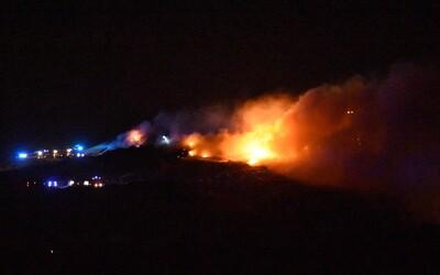 V Trnave už druhý deň horí skládka. Požiar sa snaží uhasiť viac ako 30 hasičov a dobrovoľníkov
