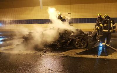V tunelu Blanka hořelo Lamborghini. V obou směrech byl pozastaven provoz