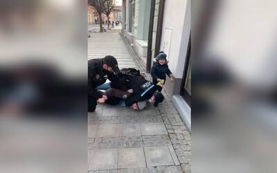 V Uherském Hradišti došlo k tvrdému zákroku policie na muže bez respirátoru se synem. Lidé zákrok v přítomnosti dítěte odsuzují