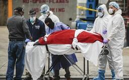 V USA za 24 hodín zaznamenali najvyšší počet úmrtí na koronavírus. Američania tiež prelomili rekord v nakupovaní zbraní