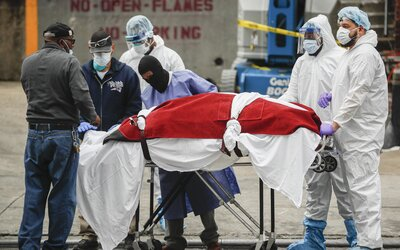 V USA za 24 hodin zaznamenali nejvyšší počet úmrtí na koronavirus. Američané také prolomili rekord v nakupování zbraní