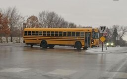 V USA zaútočili mrazy a školské autobusy sa doslova kĺzali po ľadovej ceste. Deti sa zas korčuľovali na chodníkoch