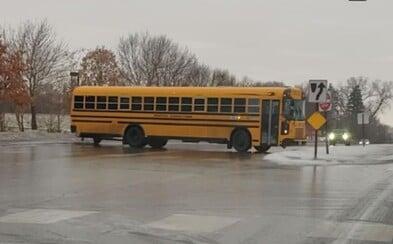 V USA zaútočily mrazy a školní autobusy se doslova klouzaly po ledové silnici. Děti zase bruslily na chodnících