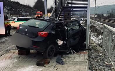 V Žiline to vodič napálil autom priamo do schodiska nad lávkou. Pri tragickej nehode zahynul mladý otec