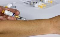 Vakcínu proti koronavírusu si zrejme budeš musieť nechať vpichnúť dvakrát. Výskumníci varujú, že inak nemusí naplno fungovať