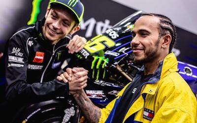 Valentino Rossi a Lewis Hamilton si vymenia pretekárske náradie. Jeden sadne do F1, druhý na motorku