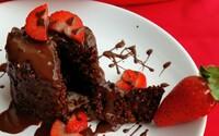 Valentínsky mug cake, teda hrnčekový koláčik, plný bielkovín (Recept)