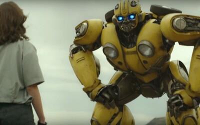 Válkou zničený Bumblebee se probouzí v první ukázce z vlastního Transformers filmu