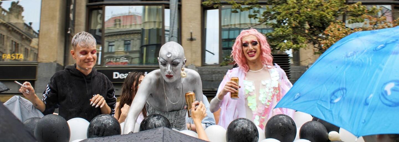 Vám to neublíží, nám to pomůže. Prahou prošel duhový pochod Prague Pride (Fotoreportáž)