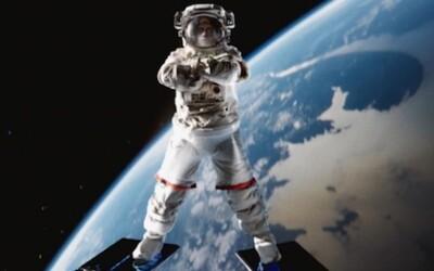 Van Damme s ďalšou roznožkou, tentokrát vo vesmíre