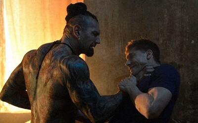 Van Damme trénuje v traileri pre remake Kickboxera mladíka, ktorý sa pokúsi zdolať hrôzostrašného Tong Poa
