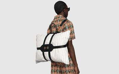 Vankúš namiesto ruksaku? Dizajnéri Gucci hovoria áno a pridávajú k tomu kožené popruhy za necelých 3 000 eur