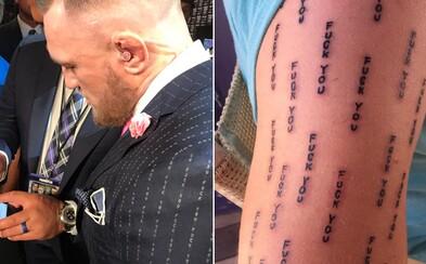 """Vášnivý fanoušek Conora McGregora si nechal vytetovat slova """"Fuck you"""", která měl bojovník na obleku. Lidé mu vzkazují, že toho bude litovat"""