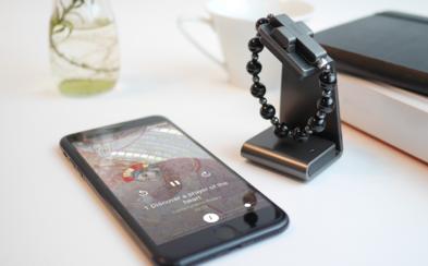 Vatikán začal prodávat eRůženec. Smart náramek přes Bluetooth spojíš s mobilem a aplikací pro modlitby