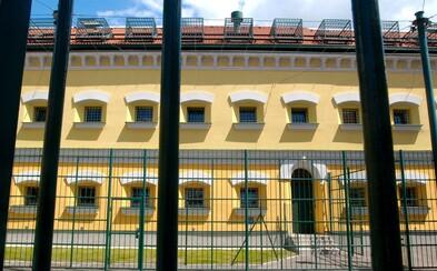 Väzeň v Leopoldove preskočil plot, padli aj výstrely. Spacifikovali ho do 50 sekúnd