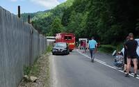 Vážna nehoda na strednom Slovensku, auto prešlo do protismeru a zrazilo cyklistov: Matka neprežila a syn bojuje o život