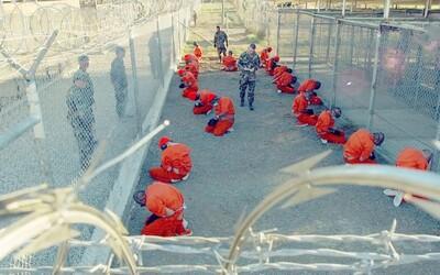Väznica Guantanamo: Splachovanie Koránu do záchoda, násilné klystíre a spánková deprivácia