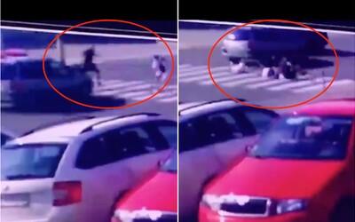 Vážnym zraneniam detí zabránil zlodej utekajúci cez priechod. Slovák zmiernil náraz vlastným telom