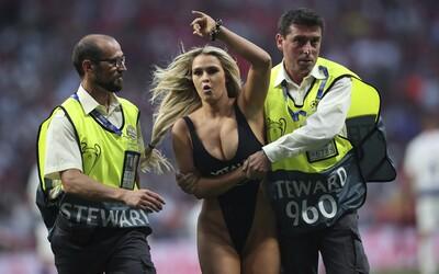 Ve finále Ligy mistrů vběhla na hřiště polonahá fanynka, která strhla pozornost všech diváků