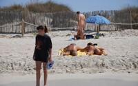 Ve Francii se koronavirus šíří v nudistickém plážovém letovisku. Pozitivních je již přes 100 naháčů