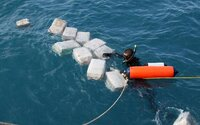 Ve Francii se z Atlantiku vyplavil čistý kokain. Pokud drogy na pláži někdo najde, má je odevzdat