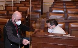 Ve Sněmovně už je ochranné plexisklo za 30 tisíc korun kolem míst Volného a Bojka