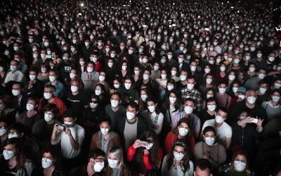 Ve Španělsku si 5 000 lidí s rouškami užívalo koncert. Takto probíhal experiment, před kterým se museli účastníci testovat