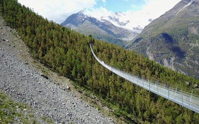 Ve Švýcarsku otevřeli nejdelší visutý most na světě. Turisté se po 500metrové atrakci procházejí se strachem i adrenalinem v krvi