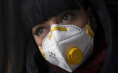 """Vědci vyvíjejí masku, která bude na nakaženém pacientovi """"svítit"""". Nahradila by tak dosavadní testy na koronavirus"""