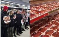 Vegani vytvořili lidský řetěz kolem masa v supermarketu. Upozorňovali na to, jak žijí a umírají tato zvířata