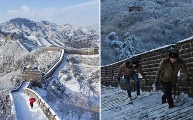 Veľký čínsky múr sa zahalil bielou perinou. Pozrite si netradičné fotografie najznámejšej čínskej pamiatky