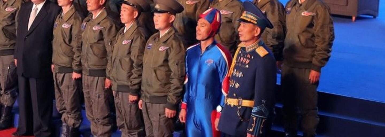 Veřejnost na výstavě zbraní KLDR zaujal muž ve svítivě modré kombinéze. Odborníky spíše moderní výzbroj země