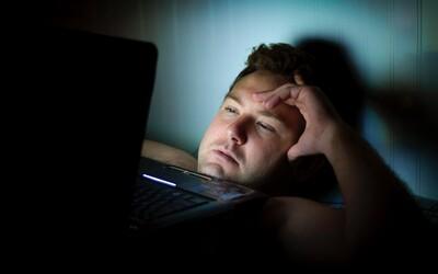 Věříš, že modré světlo z displejů narušuje tvůj spánek? Podle vědců to může být přesně naopak