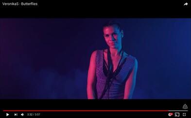 Veronika Strapková sa pripomína ďalším videoklipom z albumu Puzzle. Tentokrát si zatancovala na skladbu Butterflies