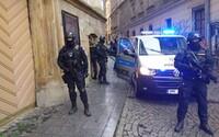 Věstonická venuše je v Olomouci, přivezli ji po zuby ozbrojení policisté