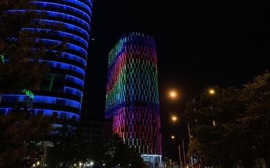 Veža Twin City v Bratislave sa rozsvietila dúhovými farbami